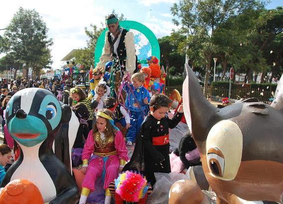 Los pequeños de Punta Umbría disfrutaron ayer del Carnaval de la Luz con la cabalgata infantil